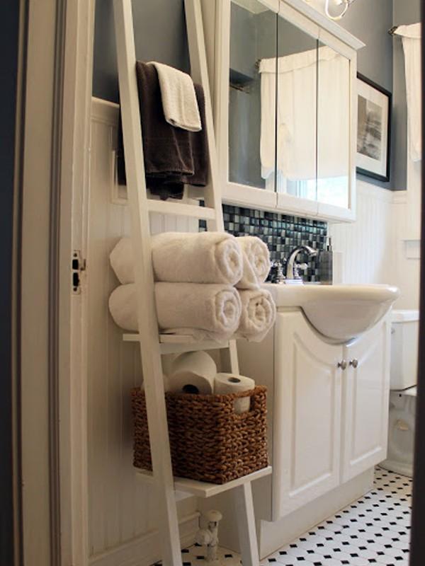 Hãy sắm lấy một chiếc thang nhỏ xinh đặt trong phòng tắm để treo khăn của bạn. Vừa treo được nhiều mà không mất công khoan đục.